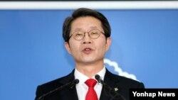한국의 류길재 통일부 장관이 6일 오후 정부서울청사에서 북한에 남북장관급회담을 제의하는 내용의 브리핑을 하고 있다.