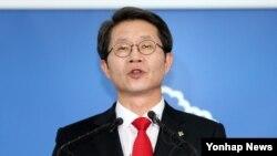 Ministro sul-coreano da unificação, Ryu Kil-Jae durante uma conferencia de imprensa para reagir a proposta da Coreia do Norte