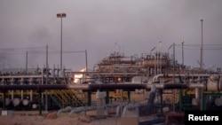 Pemandangan lapangan minyak al-Zubair, dekat Basra, Irak, 15 Juli 2018.
