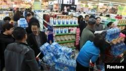 2014年兰州自来水出问题民众排队买瓶装水