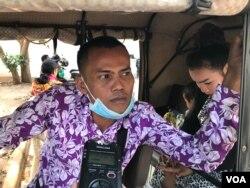 លោក ទុយ ក្តុង ជាកម្មករម្នាក់ដែលរងប៉ះពាល់ដោយសារវិវាទការងារជាមួយសាលាបារាំងចុងបូព៌ាប្រទេស នៅខេត្តសៀមរាបនៅថ្ងៃទី១៦ ខែមីនា ឆ្នាំ២០២០។ (ហ៊ុល រស្មី/VOA Khmer)