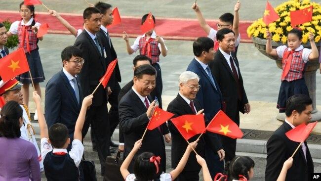 Ông Tập Cận Bình trong chuyến thăm Việt Nam cuối năm ngoái, cùng thời điểm với đi của Tổng thống Mỹ Donald Trump.