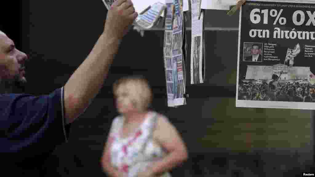Un homme regardant les journaux suite au référendum à Athènes, en Grèce