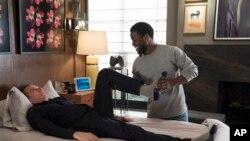 """Esta imagen provista por STXfilms muestra a Bryan Cranston, izquierda, y Kevin Hart, en una escena de la película """"The Upside."""" (David Lee/STXfilms vía AP)"""