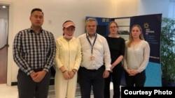 2021年3月30日,一些西方国家外交官会见牛腾宇母亲(左二)时合影(受访者提供照片)