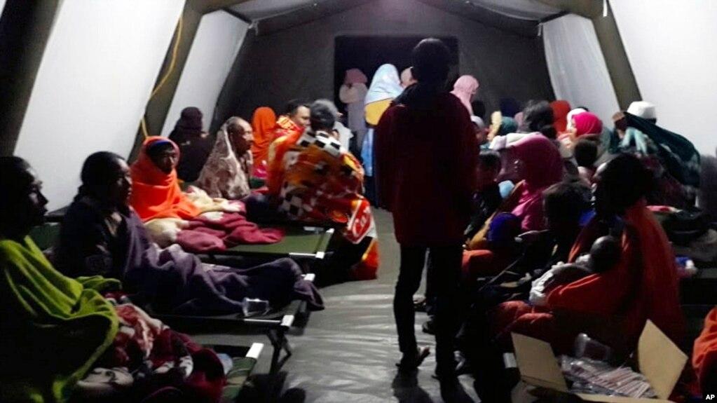 印尼龍目島居民在臨時庇護所休息