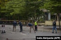 Polisi forensik memeriksa lokasi tersebut setelah diduga bom meledak di dekat sebuah gereja di Makassar pada 28 Maret 2021. (Foto: AFP/Indra Abriyanto)