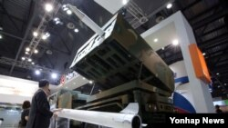 지난해 5월 한국에서 열린 '민·군기술협력 박람회'에 한국이 독자 기술로 개발한 차기다연장 체계 '천무' 전시됐다. (자료사진)