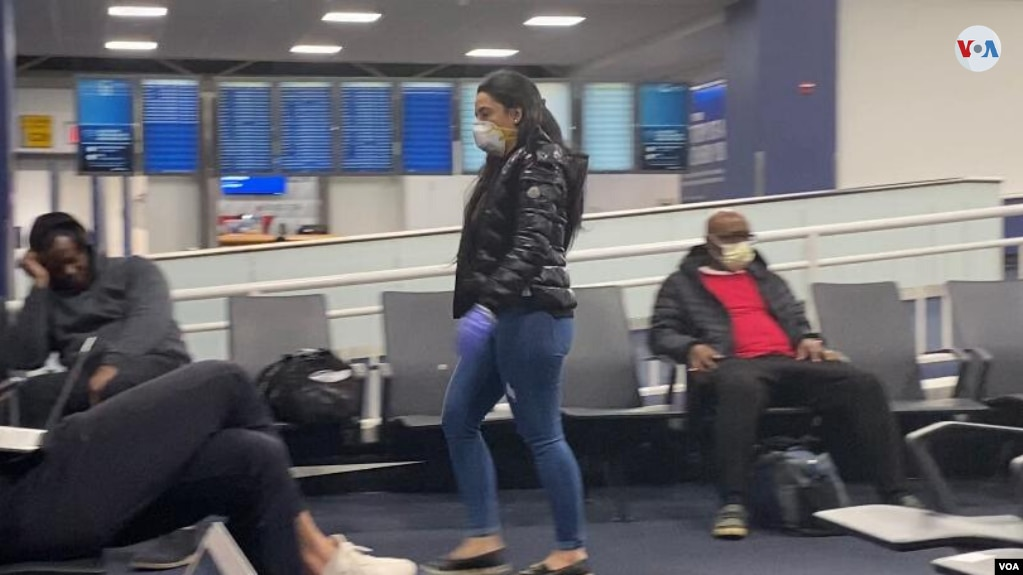 En el aeropuerto de Nueva York esta semana, varios pasajeros protegiendo su nariz y boca con mascarillas. (Foto: Celia Mendoza)