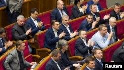 27일 우크라이나 의회가 러시아를 '침략 국가'로 지정하는 법안을 통과시킨 뒤 박수를 치고 있다.