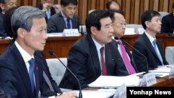 اعضای پارلمان کره جنوبی به شهادت مظنونان گوش میدهند.