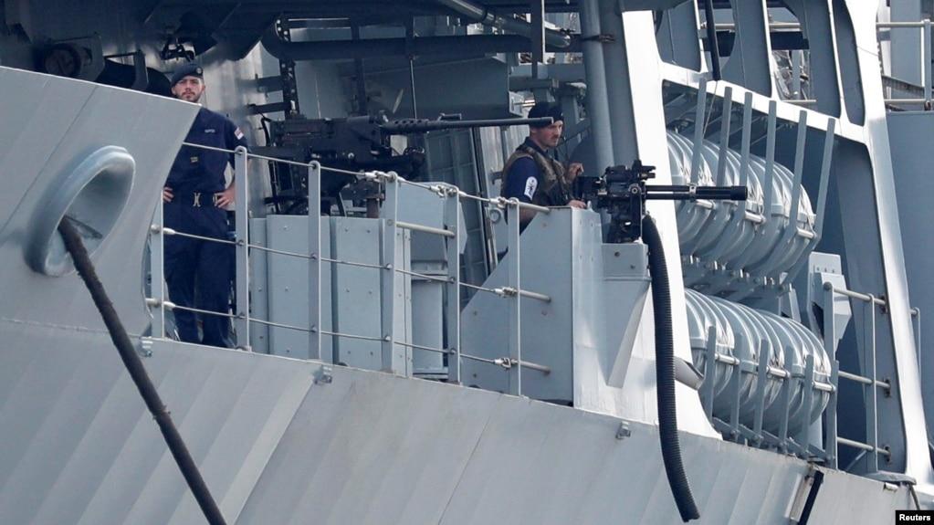 Thủy thủ Anh trên tàu HMS Albion khi nó cập cảng Harumi ở Tokyo, Nhật, hôm 3/8.