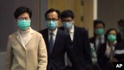 戴著口罩的香港特首林鄭月娥帶領港府官員步入一個新聞發布會會場。 (2020年1月31日)