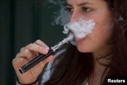 전자담배를 피우는 여성. (자료사진)