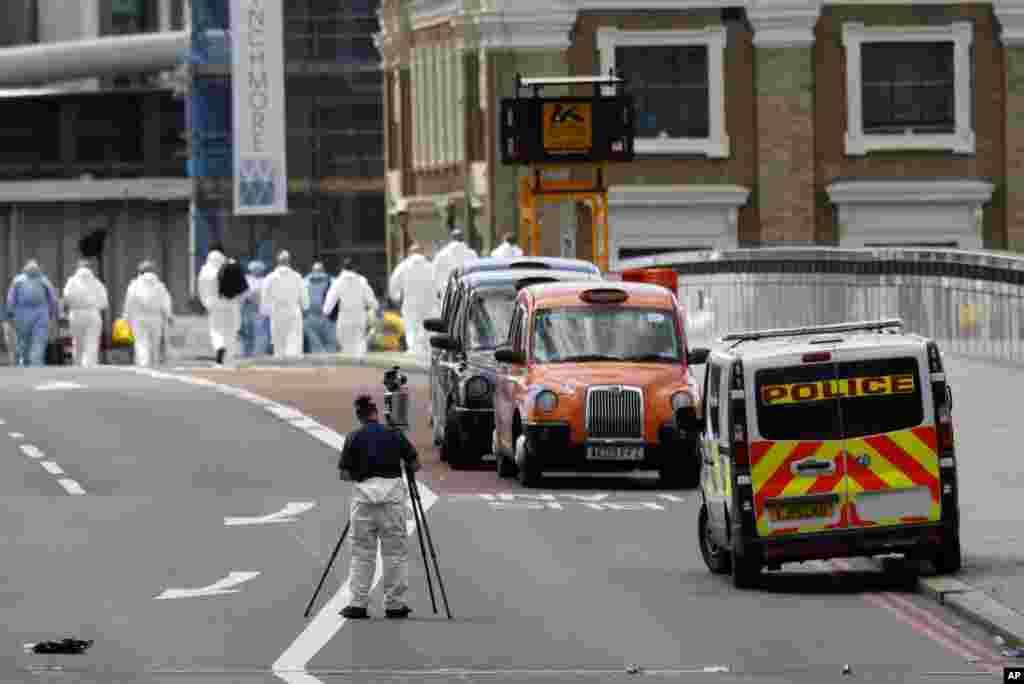 Agentes da polícia passam a pente fino o local do ataque na Ponte de Londres.