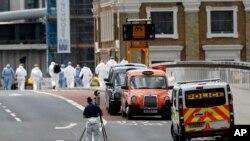 La policía forense trabaja en una zona acordonada del Puente de Londres y alrededores luego de un ataque el sábado 3 de junio que dejó 7 muertos y 48 heridos.