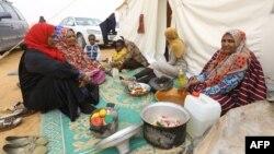 Les déplacés de la ville libyenne de Taouarga, à 260 km à l'est de la capitale libyenne Tripoli, dans un campement temporaire, le 8 février 2018
