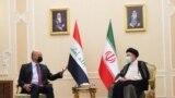 Presiden Irak Barham Salih (kiri) bertemu dengan Presiden Iran yang baru Ebrahim Raisi dalam sebuah pertemuan di Teheran, Iran, pada 5 Agustus 2021. (Foto: The Presidency of the Republic of Iraq Office/Handout via Reuters)