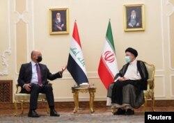 Presiden Irak Barham Salih bertemu dengan Presiden baru Iran Ebrahim Raisi di Teheran, Iran 5 Agustus 2021. (Handout/Kantor Kepresidenan Republik Irak via REUTERS)