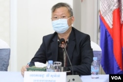 Ly Sovann, a spokesperson for the Ministry of Health, speaks about the ongoing testing needed to contain the COVID-19 pandemic at the Health Ministry's weekly press conference, in Phnom Penh, Cambodia, Monday, May 4, 2020. (Kann Vicheika/VOA Khmer)