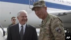 ທ່ານ ໂຣເບີຕ ເກດສ໌ ລັດຖະມົນຕີປ່ອງກັນປະເທດສະຫະລັດ (ຊ້າຍ) ກັບນາຍພົນ Petraeus ທີ່ອັຟການີສຖານ, ວັນທີ 6 ມິຖຸນາ 2011.