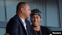 Neymar Jr de Paris Saint-Germain suit de la tribune avec son père le match de sa nouvelle équipe contre SC Amiens au Parc des princes, Paris, 5 août 2017.