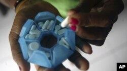 Mwanamke mwenye virusi vya HIV akijitayrisha kula dawa kupambana na ugonjwa huo hatar.