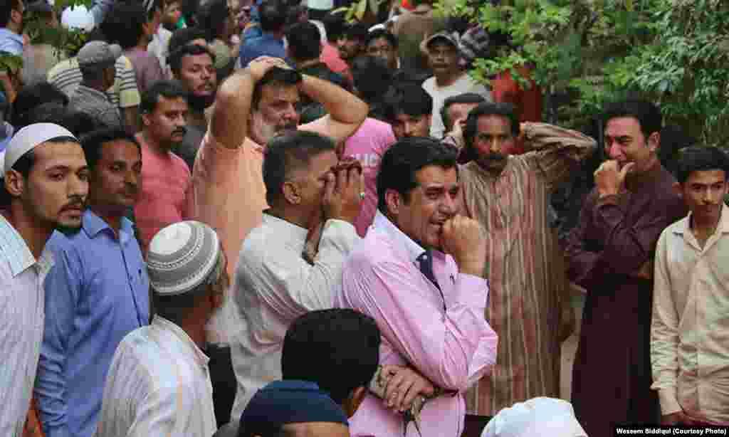 امجد صابری کے انتقال پر زار و قطار روتے ہوئے ان کے اہل محلہ اور عزیز و اقارب