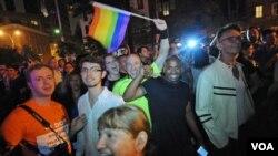 Kaum gay berkumpul di Manhattan, New York untuk merayakan lolosnya UU Pernikahan Gay dan Lesbian di negara bagian New York (24/6).