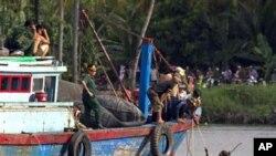 ພວກກູ້ໄພພາກັນຊອກຫາຜູ້ໂດຍສານ ເທິງເຮືອນໍາທ່ຽວລໍານຶ່ງ ທີ່ຫລົ້ມໃນແມ່ນໍ້າໄຊງ່ອນ ໃນແຂວງ Binh Duong, ປະເຫດຫວຽດນາມ, ວັນເສົາ ທີ 21 ພຶດສະພາ 2011. ການສະຫລອງວັນເກີດຂອງເດັກນ້ອຍອາຍຸ 3 ປີຄົນນຶ່ງ ຈົບລົງດ້ວຍໂສກນາດຕະກໍາດັ່ງກ່າວ ທີ່ຍັງຜົນໃຫ້ມີຄົນຕາຍ 15 ຄົນ ເມື່ອວັນສຸກຜ່ານມາ