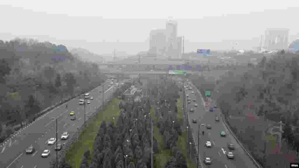 بار دیگر هوای تهران آنقدر آلوده است که نفس کشیدن را سخت کرده است. عکس: مجتبی محمدلو، ایرنا
