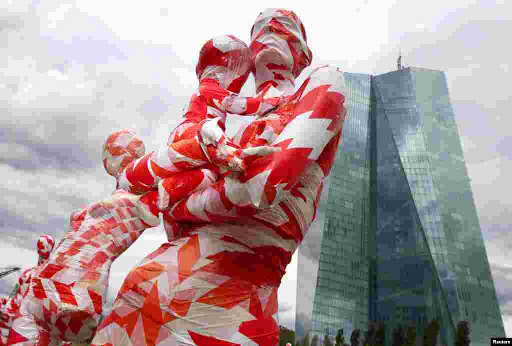 Almaniya, Frankfurtda Avropa Mərkəzi Bankının qarşısında COVID-19 böhranını simvolizə etmək üçün qırmızı lentə bürülmüş manekenlər yerləşdirilib.