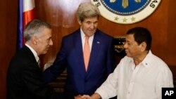7月27日菲律賓總統杜特爾特(右)與美國大使古德伯格(左)﹔美國國務卿(中)。(資料照)