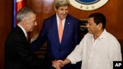 지난달 27일 로드리고 두테르테 필리핀 대통령(오른쪽)이 마닐라 대통령궁을 방문한 존 케리 미국 국무장관(가운데)와 필립 골드버그 필리핀 주재 미국대사를 맞이하고 있다. (자료사진)