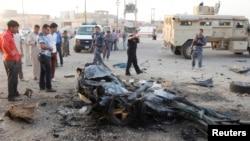 Petugas keamanan Irak memeriksa lokasi bom bunuh diri di Kirkuk, 250 kilometer di sebelah Utara Baghdad, 11 Juli 2013 (Foto: dok). Dua serangan terhadap warga Syiah, dilaporkan telah menewaskan sedikitnya 24 orang dan mencederai 49 lainnya, Kamis malam (11/7).