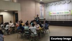 지난 4일 서울 종로구 YMCA 대강당에서 다문화 청소년을 위한 여름캠프가 진행되고 있다.