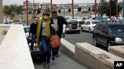 2013年8月6日,國際人士紛紛前往也門首都薩那的國際機場,準備離開也門。
