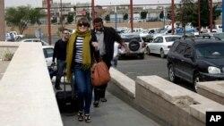 Viajeros occidentales llegan al aeropuerto con la finalidad de abandonar Sanaá siguiendo las recomendaciones.