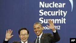 南韓總統李明博和美國總統奧巴馬星期一在首爾出席核峰會