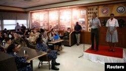پرزیدنت اوباما به همراه همسرش میشل کریسمس رابه نظامیان آمریکا تبریک می گوید، در یک پایگاه تفنگداران دریایی. هاوایی