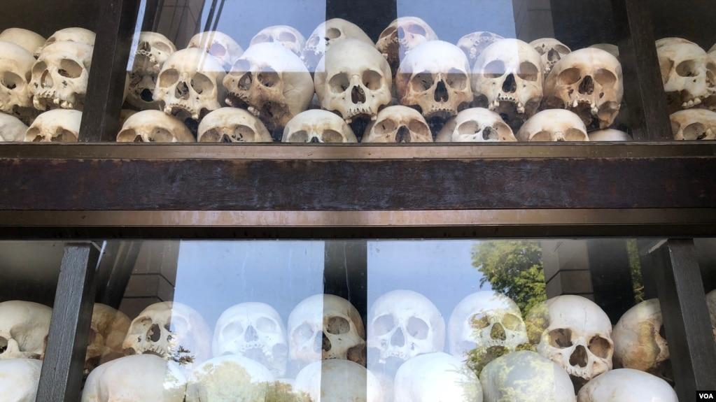 Chứng tích tội ác Khmer đỏ được lưu giữ tại Cánh đồng Chết Choeung Ek ở Pnom Penh: Sọ người chồng chất lên nhau là những gì còn lại từ các nạn nhân của chế độ diệt chủng Khmer đỏ. (Sun Narin/VOA Khmer)