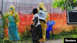 Mwasi moko na mwana wa ye batalisami mpo na Ebola na lopitalo ya Bwera, Uganda, 14 juin 2019.
