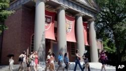 参观哈佛大学校园的旅游团(资料照)
