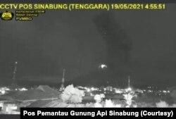 Erupsi Gunung Sinabung di Kabupaten Karo, Sumatera Utara, yang terekam kamera dari Pusat Vulkanologi dan Mitigasi Bencana Geologi (PVMBG), pada pukul 04.48 WIB, Rabu 19 Mei 2021. (Foto: Pos Pemantau Gunung Api Sinabung