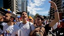 """En esta foto de archvio se ve a estudiantes entonan el eslogan """"Elecciones ahora"""" durante una protesta en Caracas, Venezuela, el 23 de enero de 2017."""