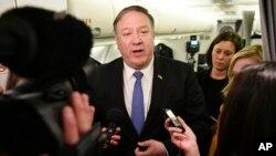 Menlu AS Mike Pompeo berbicara kepada media di atas pesawat Rabu (8/5) setelah kunjungan mendadak ke Baghdad, Irak.