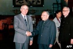 1989年5月16日,邓小平会见到访的苏联领导人戈尔巴乔夫,旁边是李先念