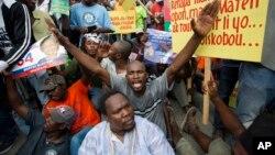 Para demonstran Haiti melakukan unjuk rasa di Port-au-Prince menuduh banyaknya kecurangan pemilu (foto: dok).