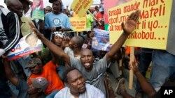 Para demonstran melakukan unjuk rasa memrotes pemilu yang mereka tuduh penuh dengan kecurangan dalam aksi di Port-au-Prince, Haiti (foto: dok).