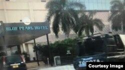 Gari la polisi likisubiri askari wakati walipokuwa wakimkamata Onesmo Ngurumwa Dar es Salaam